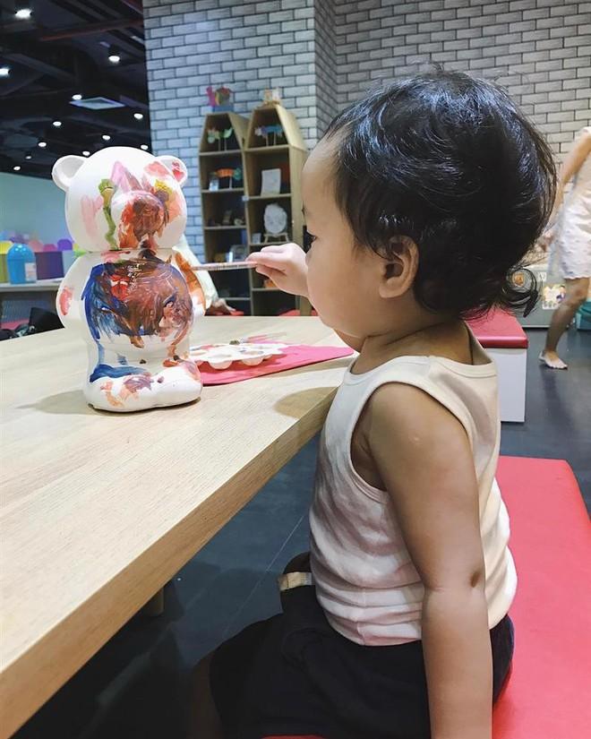 Nhóc tỳ nhà Hà Tăng với style đối lập: Con gái có tủ đồ toàn hồng, con trai chỉ diện đồ đen trắng - ảnh 14