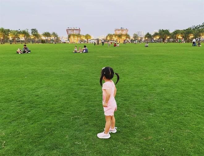 Nhóc tỳ nhà Hà Tăng với style đối lập: Con gái có tủ đồ toàn hồng, con trai chỉ diện đồ đen trắng - ảnh 7