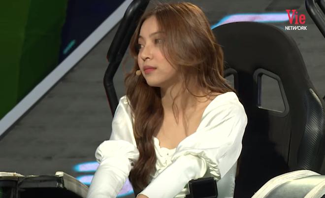Trường Giang gây khó chịu khi liên tục hỏi xoáy chuyện tình cảm của bạn gái cầu thủ Quang Hải - ảnh 2