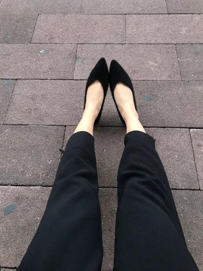 Mua giày mà được nhuộm... chân miễn phí, cô gái lên mạng hỏi: Nên khóc hay cười đây cả nhà? - ảnh 1