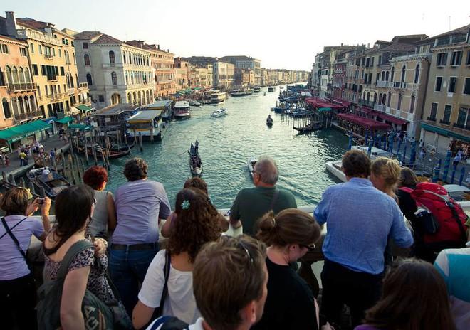 """Hồn nhiên ngồi pha cà phê và nấu ăn trên cầu, 2 du khách bị phạt nặng và """"đuổi cổ"""" khỏi Venice - ảnh 5"""