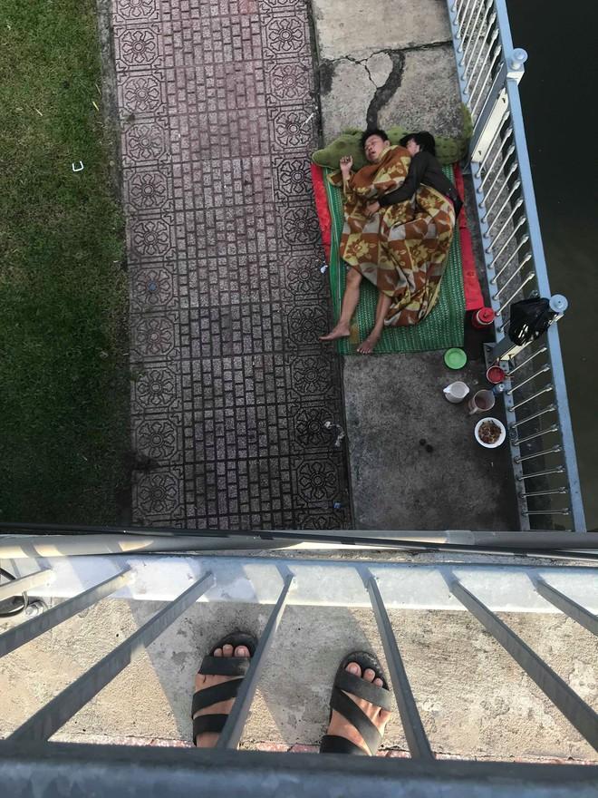 Tác giả bức ảnh 2 vợ chồng vô gia cư ôm nhau ngủ dưới chân cầu ở Sài Gòn: Có lẽ mình sẽ quay lại đó gặp họ - ảnh 3