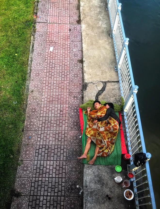 Tác giả bức ảnh 2 vợ chồng vô gia cư ôm nhau ngủ dưới chân cầu ở Sài Gòn: Có lẽ mình sẽ quay lại đó gặp họ - ảnh 1