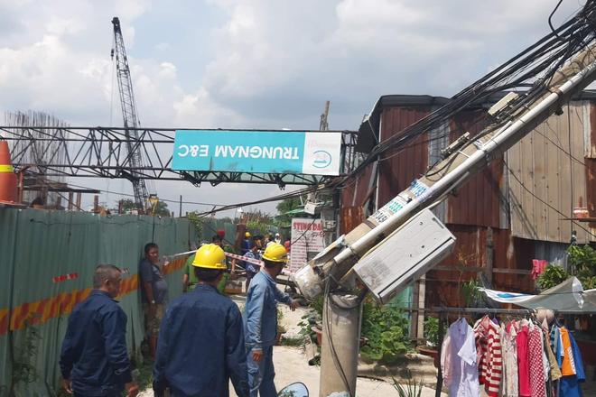 Cần cẩu công trình chống ngập 10.000 tỷ ở Sài Gòn đè sập nhà dân, nhiều người la hét kêu cứu - ảnh 2