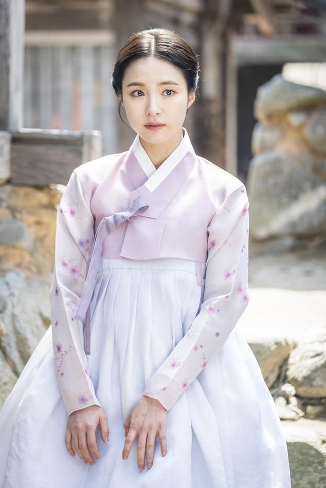 Tân Binh Học Sử Goo Hae Ryung: Mỹ nam Cha Eun Woo định làm anh hùng thì bị tặng combo đấm tận tình đến xịt máu mũi - Ảnh 1.
