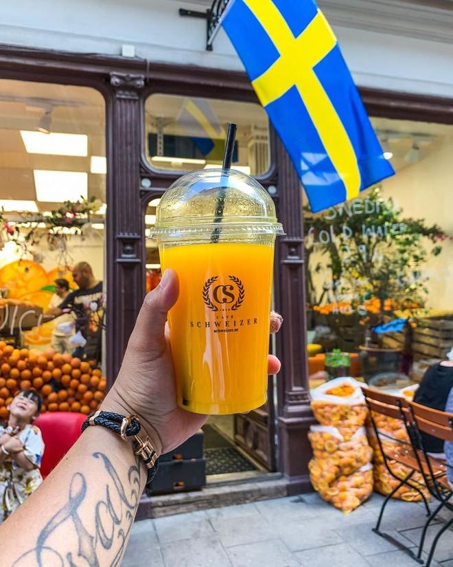 Lisa và Jisoo đăng hình xinh xẻo ở Thuỵ Điển, nhìn background tưởng cửa hàng trái cây nhưng hoá ra lại bán một thứ chả liên quan gì - ảnh 24