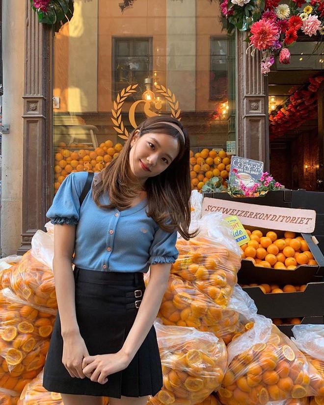 Lisa và Jisoo đăng hình xinh xẻo ở Thuỵ Điển, nhìn background tưởng cửa hàng trái cây nhưng hoá ra lại bán một thứ chả liên quan gì - ảnh 12