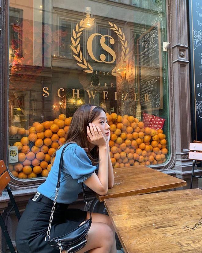 Lisa và Jisoo đăng hình xinh xẻo ở Thuỵ Điển, nhìn background tưởng cửa hàng trái cây nhưng hoá ra lại bán một thứ chả liên quan gì - ảnh 21