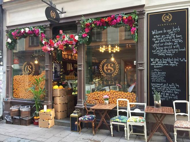 Lisa và Jisoo đăng hình xinh xẻo ở Thuỵ Điển, nhìn background tưởng cửa hàng trái cây nhưng hoá ra lại bán một thứ chả liên quan gì - ảnh 14