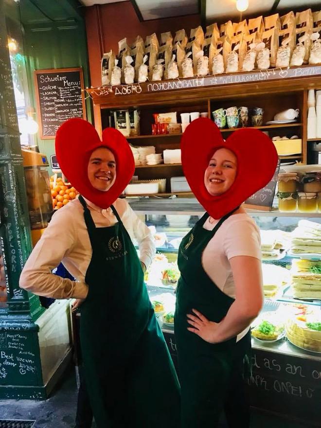 Lisa và Jisoo đăng hình xinh xẻo ở Thuỵ Điển, nhìn background tưởng cửa hàng trái cây nhưng hoá ra lại bán một thứ chả liên quan gì - ảnh 17