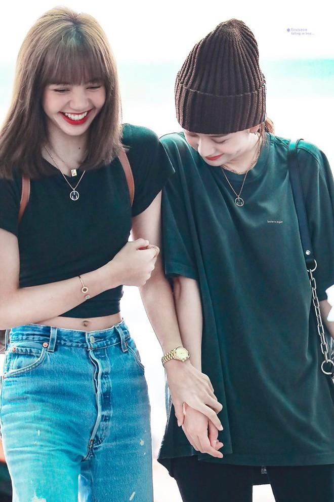 Lisa và Jisoo đăng hình xinh xẻo ở Thuỵ Điển, nhìn background tưởng cửa hàng trái cây nhưng hoá ra lại bán một thứ chả liên quan gì - ảnh 2