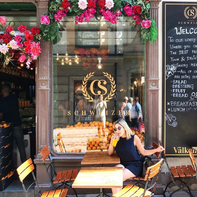Lisa và Jisoo đăng hình xinh xẻo ở Thuỵ Điển, nhìn background tưởng cửa hàng trái cây nhưng hoá ra lại bán một thứ chả liên quan gì - ảnh 22