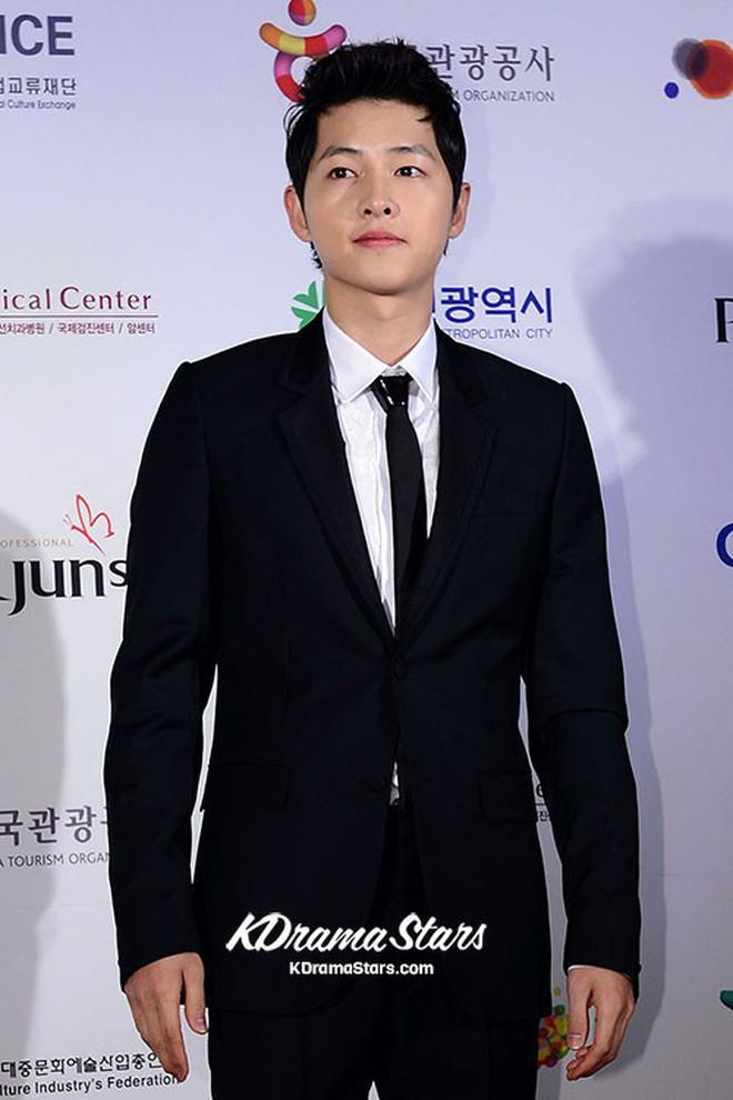 Loạt ảnh hiếm thời đi học của 15 sao Hàn đình đám: Ai cũng thay đổi nhan sắc chóng mặt, khác nhất là Song Hye Kyo, T.O.P, Kim Woo Bin... - ảnh 22