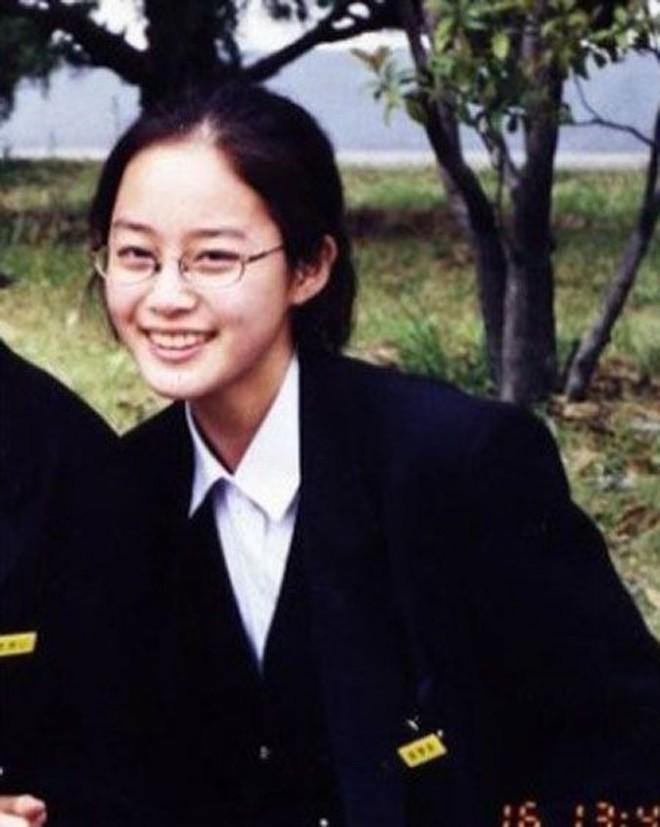 Loạt ảnh hiếm thời đi học của 15 sao Hàn đình đám: Ai cũng thay đổi nhan sắc chóng mặt, khác nhất là Song Hye Kyo, T.O.P, Kim Woo Bin... - ảnh 7