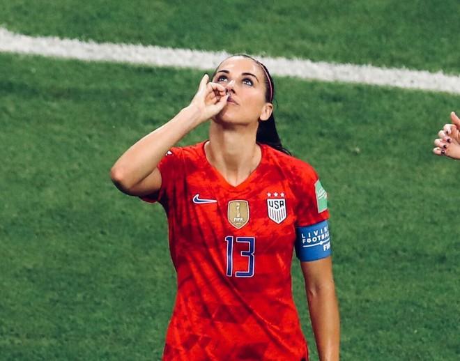 Cầu thủ xinh đẹp nhất thế giới nhận mưa gạch đá sau động tác ăn mừng bị cho là khiêu khích - Ảnh 2.