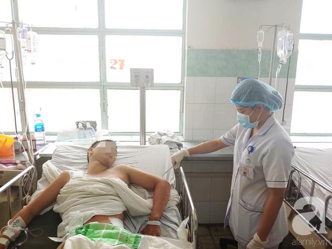 Cha mẹ bật khóc khi bác sĩ gạt mọi thủ tục để cứu con trai bị tràn máu màng phổi, hôn mê sâu nguy kịch - ảnh 2