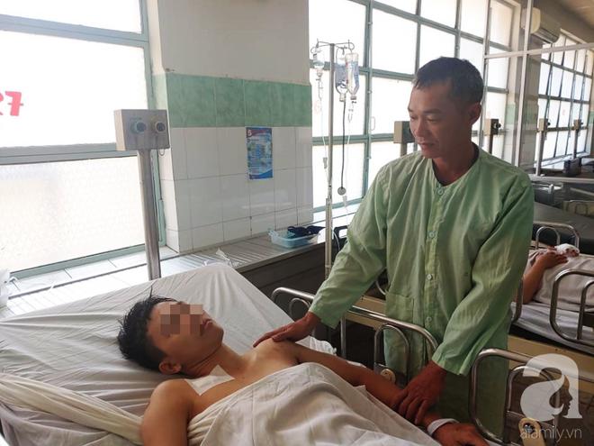Cha mẹ bật khóc khi bác sĩ gạt mọi thủ tục để cứu con trai bị tràn máu màng phổi, hôn mê sâu nguy kịch - ảnh 3