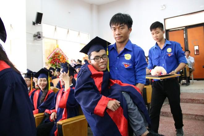 Con đường đến trường của chàng thủ khoa nặng 26kg: Chúng ta có quyền lựa chọn cách đối phó với biến cố đời mình - ảnh 5