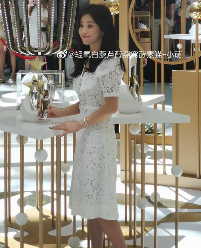 Loạt ảnh chụp vội của Song Hye Kyo gây sốt giữa bão ly hôn: Đúng là nhan sắc, thần thái bất chấp tất cả! - Ảnh 2.