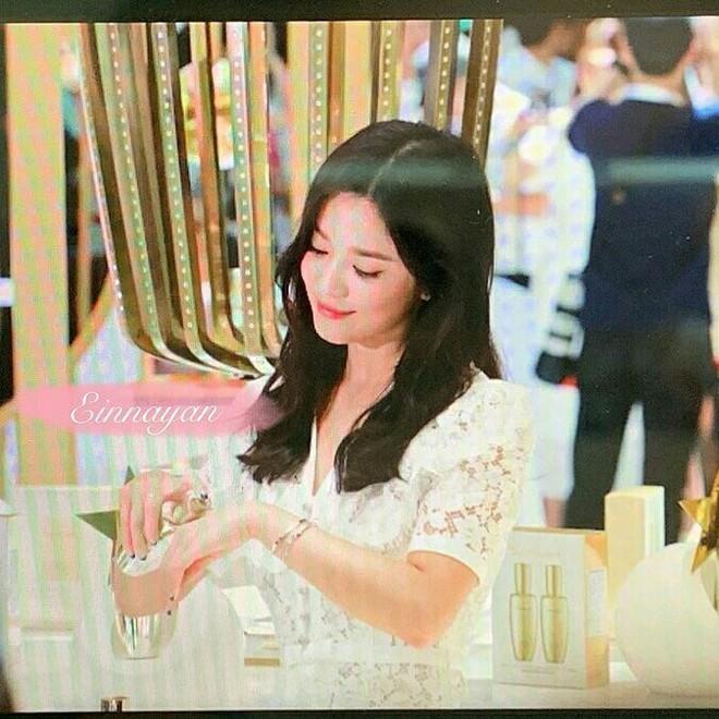 Loạt ảnh chụp vội của Song Hye Kyo gây sốt giữa bão ly hôn: Đúng là nhan sắc, thần thái bất chấp tất cả! - Ảnh 7.