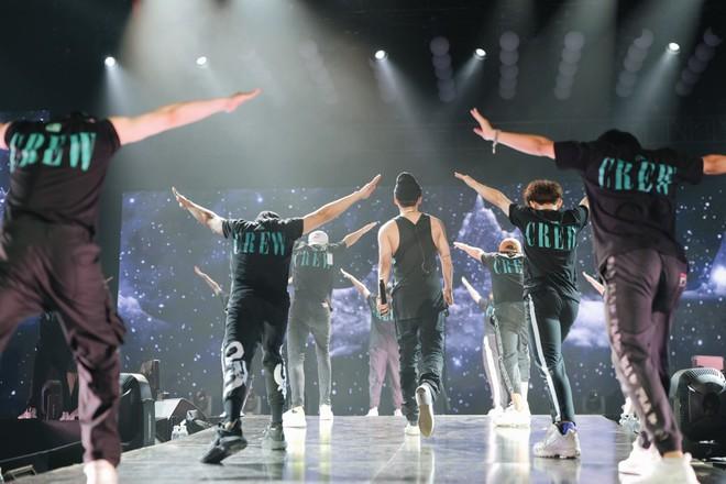 Sơn Tùng M-TP khoe body lấp ló trong buổi tổng duyệt đêm Sky Tour thứ ba tại Hà Nội! - Ảnh 7.