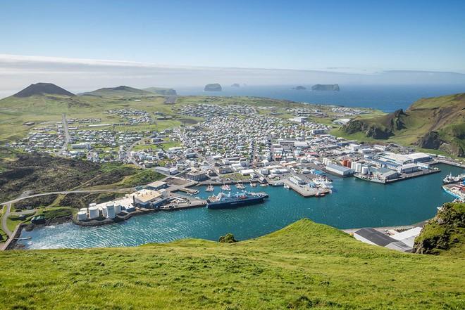 Cả thế giới đang sửng sốt vì tảng đá hình voi khổng lồ ở Iceland quá giống thật, khi chụp flycam từ trên xuống còn sốc hơn! - ảnh 2