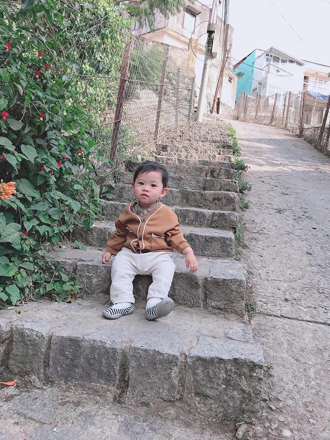 Check-in toàn những điểm hot ở Đà Lạt nhưng biểu cảm ngơ ngác của em bé này mới chính là điều khiến dân mạng thích thú - ảnh 3