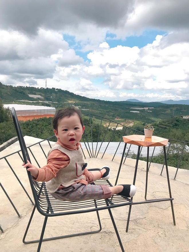Check-in toàn những điểm hot ở Đà Lạt nhưng biểu cảm ngơ ngác của em bé này mới chính là điều khiến dân mạng thích thú - ảnh 5