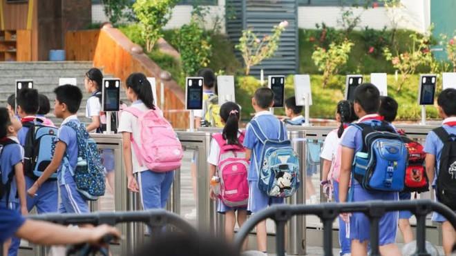 Hệ thống nhận diện khuôn mặt tại trường học Trung Quốc: Tự động báo phụ huynh khi trẻ vắng mặt, ngăn bạo lực nhưng lại khiến học sinh thêm áp lực - ảnh 1