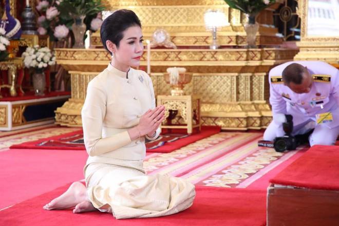 Hoàng hậu Thái Lan xuất hiện rạng rỡ bên cạnh Quốc vương vào ngày quốc lễ, được mẹ chồng nắm tay tình cảm trong khi vợ lẽ mất hút khó hiểu - ảnh 9