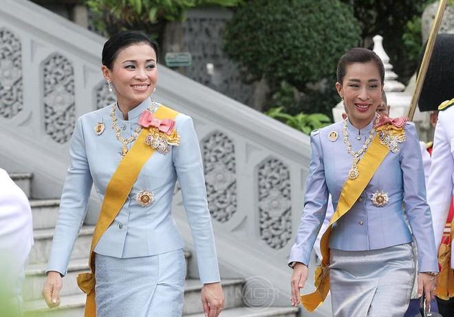 Hoàng hậu Thái Lan xuất hiện rạng rỡ bên cạnh Quốc vương vào ngày quốc lễ, được mẹ chồng nắm tay tình cảm trong khi vợ lẽ mất hút khó hiểu - ảnh 2