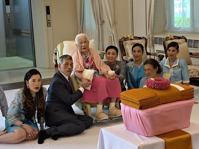 Hoàng hậu Thái Lan xuất hiện rạng rỡ bên cạnh Quốc vương vào ngày quốc lễ, được mẹ chồng nắm tay tình cảm trong khi vợ lẽ mất hút khó hiểu - ảnh 4