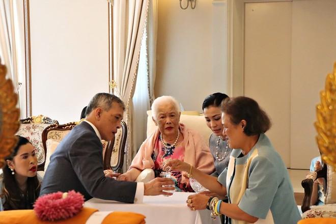 Hoàng hậu Thái Lan xuất hiện rạng rỡ bên cạnh Quốc vương vào ngày quốc lễ, được mẹ chồng nắm tay tình cảm trong khi vợ lẽ mất hút khó hiểu - ảnh 5