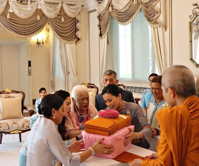 Hoàng hậu Thái Lan xuất hiện rạng rỡ bên cạnh Quốc vương vào ngày quốc lễ, được mẹ chồng nắm tay tình cảm trong khi vợ lẽ mất hút khó hiểu - ảnh 6
