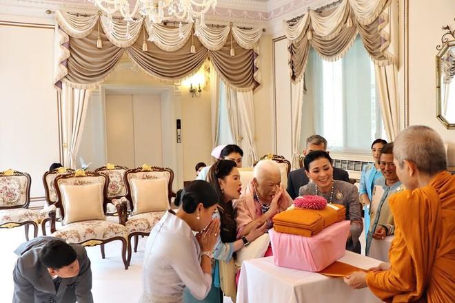 Hoàng hậu Thái Lan xuất hiện rạng rỡ bên cạnh Quốc vương vào ngày quốc lễ, được mẹ chồng nắm tay tình cảm trong khi vợ lẽ mất hút khó hiểu - ảnh 7