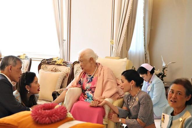 Hoàng hậu Thái Lan xuất hiện rạng rỡ bên cạnh Quốc vương vào ngày quốc lễ, được mẹ chồng nắm tay tình cảm trong khi vợ lẽ mất hút khó hiểu - ảnh 8