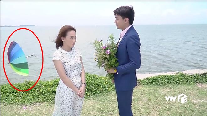 Đáng ra phải là cảnh lãng mạn nhất tập cuối Về Nhà Đi Con thì Vũ lại ném ô xả rác xuống biển, quỳ cả 2 chân cầu hôn Thư - Ảnh 1.