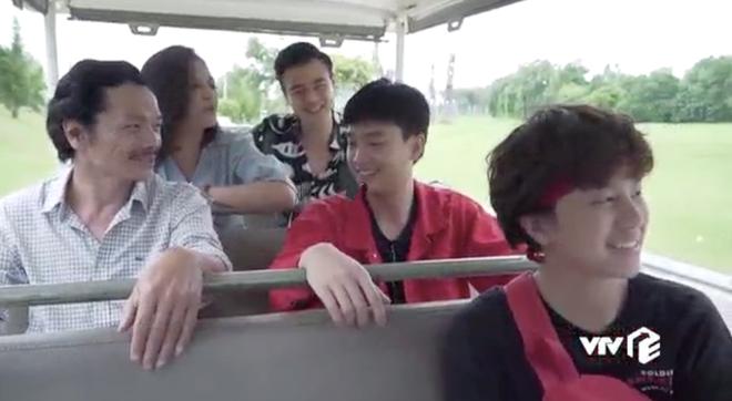 Ngoại truyện Về Nhà Đi Con chơi siêu lớn: Nụ hôn đồng tính đầu đời của Dương khiến bố Sơn hãi hùng - ảnh 1