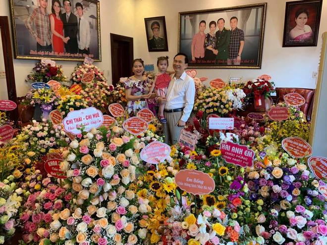 Tiệc sinh nhật của cô chú U60 khiến dân tình trầm trồ: Chồng hôn má vợ như thuở còn son, nhà ngập hoa tươi vì vợ thích - ảnh 1