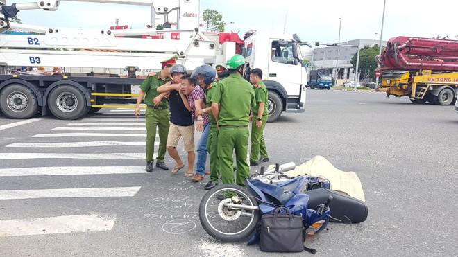 Người thân gào khóc bên thi thể cụ ông 74 tuổi bị xe tải tông chết thảm - ảnh 2