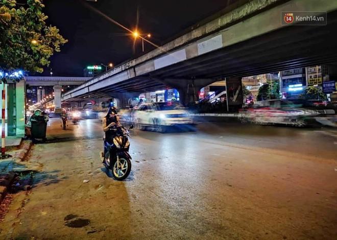Thót tim nữ ninja đi băng băng trên đường Hà Nội, 1 tay lái xe máy, 1 tay... bồng con nhỏ - ảnh 3