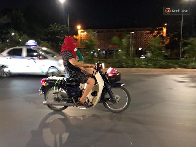 Thót tim nữ ninja đi băng băng trên đường Hà Nội, 1 tay lái xe máy, 1 tay... bồng con nhỏ - ảnh 1