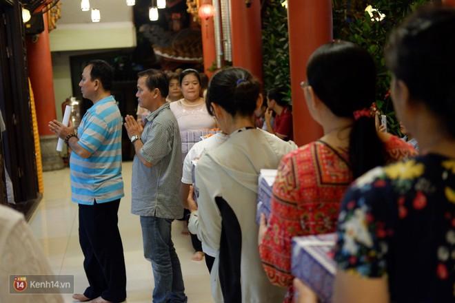 Tối 14 âm lịch, người Sài Gòn tranh thủ đi lễ chùa mùa Vu Lan báo hiếu - Ảnh 9.