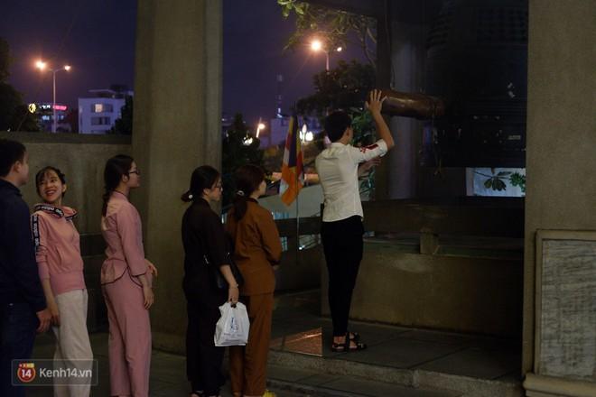 Tối 14 âm lịch, người Sài Gòn tranh thủ đi lễ chùa mùa Vu Lan báo hiếu - Ảnh 4.