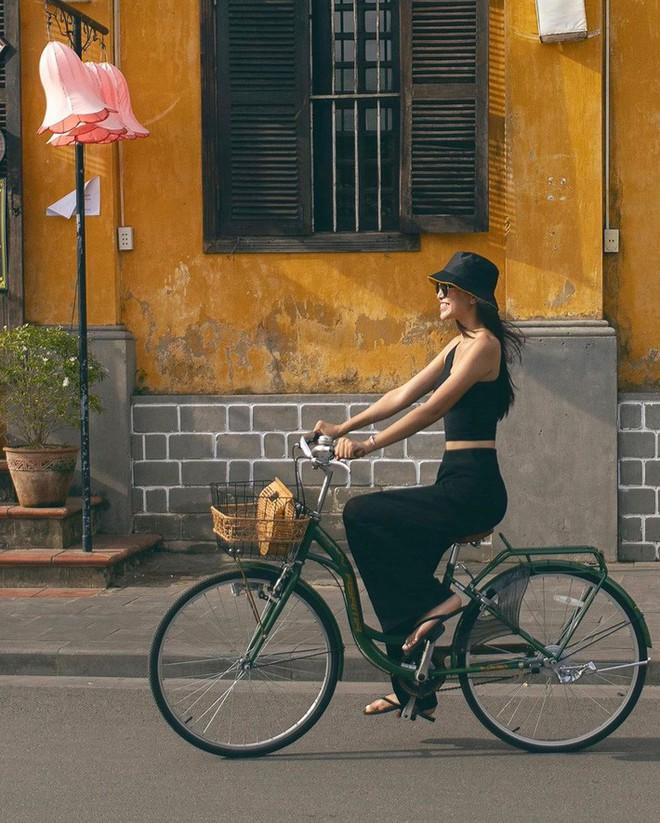 """Street style sao Việt: Tiểu Vy tự tin khoe eo con kiến, Tú Anh bị chàng """"quý tử"""" chiếm hết spotlight - ảnh 1"""