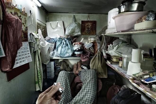 Bên trong 'nhà lồng' chật hẹp giống như quan tài ở Hong Kong - ảnh 1