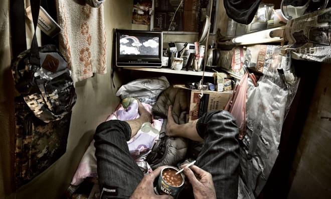 Bên trong 'nhà lồng' chật hẹp giống như quan tài ở Hong Kong - ảnh 2