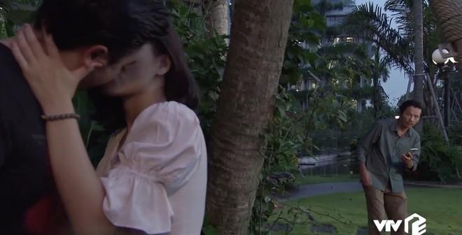 Về Nhà Đi Con ngoại truyện tập 2: Vô mánh chứng kiến gái lạ cưỡng hôn Dương, bố Sơn không tiền đình mới là lạ! - ảnh 2