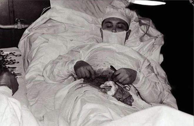 Câu chuyện phía sau bức ảnh vị bác sĩ tự mổ bụng cứu chính mình và minh chứng hùng hồn về sức mạnh ý chí của con người - ảnh 1