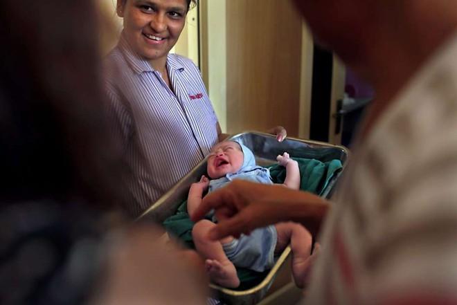 Góc khuất đằng sau ngành công nghiệp cho thuê tử cung: Nỗi đau xé lòng của những bà mẹ không bao giờ được phép nhìn thấy mặt con - ảnh 1